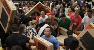 Consumidores lotam supermercado na zona sul de São Paulo para aproveitar as promoções da Black Friday